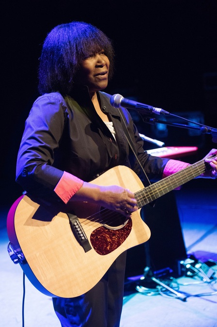 Joan Armatrading live at the Barbican London 3 credit Justin Ng