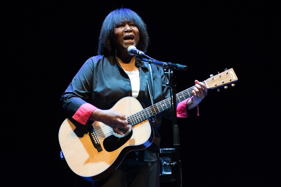 Joan Armatrading live at the Barbican London 2 credit Justin Ng